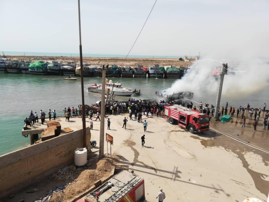 عملیات اطفای حریق موتور لنج باری در اسکله بندر دیلم با موفقیت انجام شد.