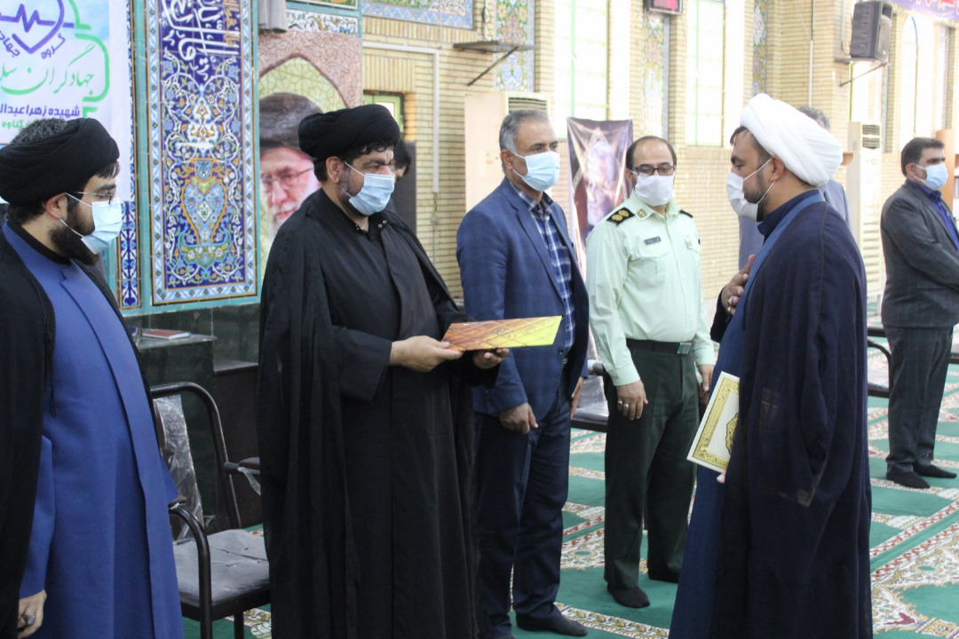 آئین تجلیل از گروه جهادگران سلامت شهید سلامت زهرا عبدالهی در گناوه برگزار شد.